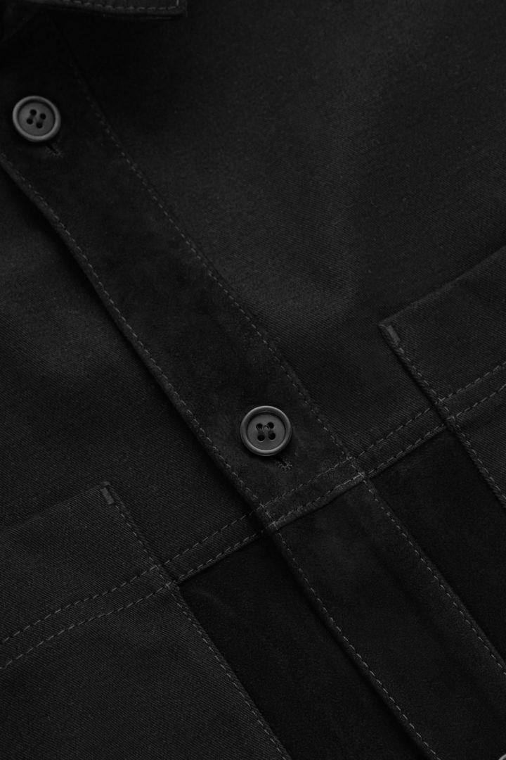 COS 릴랙스드 스웨이드 코튼 오버셔츠의 블랙컬러 Detail입니다.