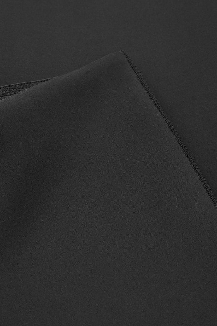 COS 슬림 핏 크롭트 트라우저의 블랙컬러 Detail입니다.