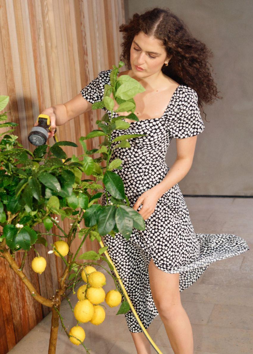 앤아더스토리즈 플로위 퍼프 슬리브 미디 드레스의 블랙 프린트컬러 Environmental입니다.