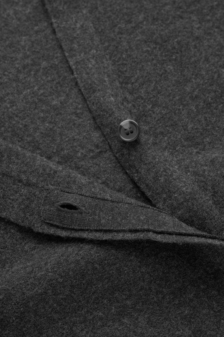 COS 메리노 울 롱라인 가디건의 그레이컬러 Detail입니다.