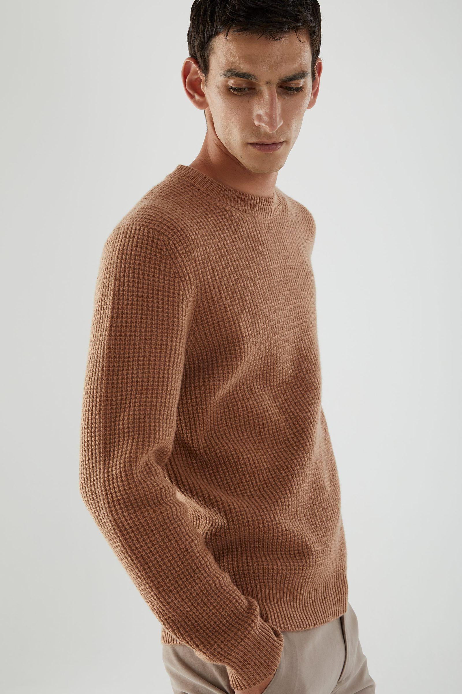 COS 캐시미어 와플 니트 스웨터의 베이지컬러 ECOMLook입니다.
