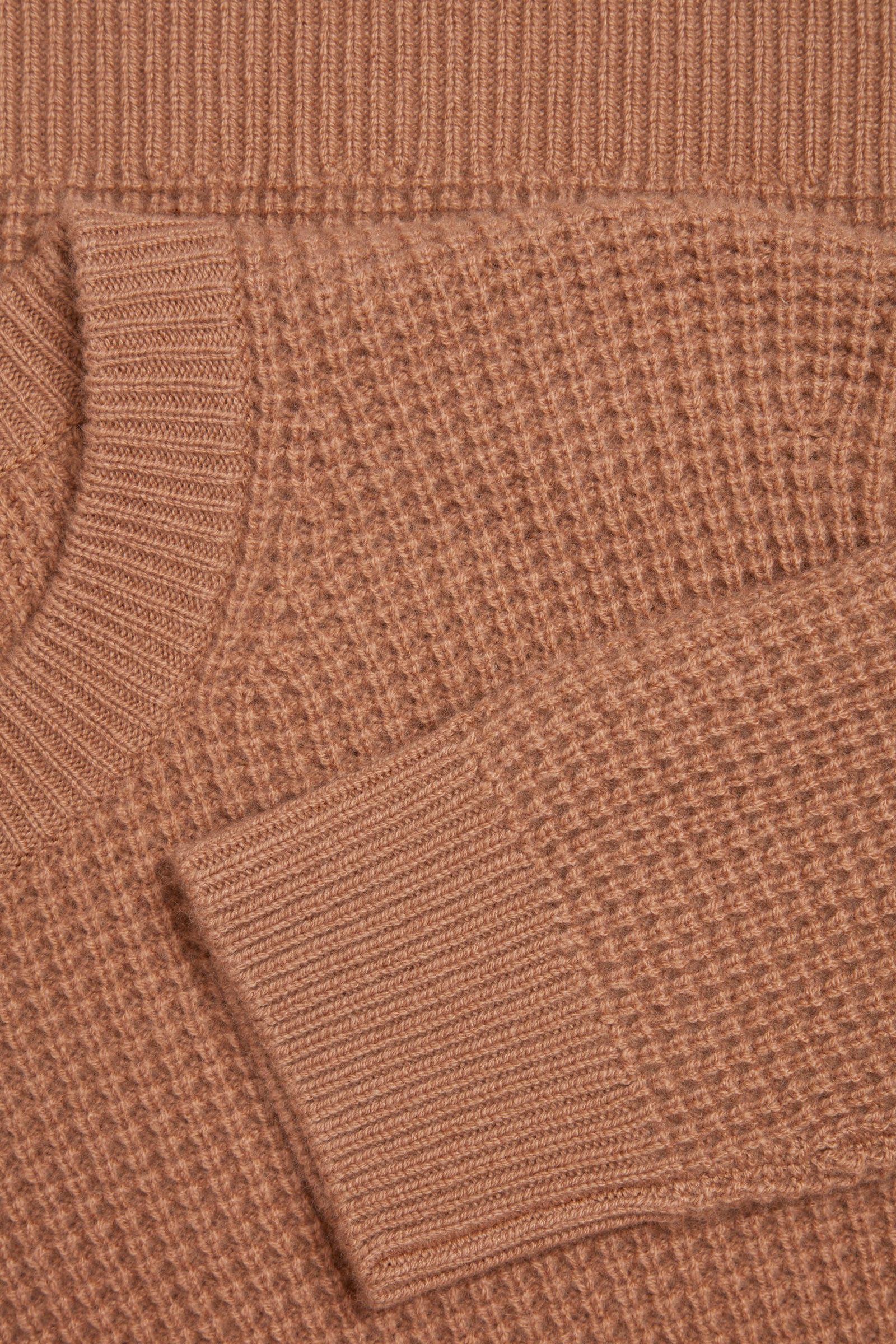 COS 캐시미어 와플 니트 스웨터의 베이지컬러 Detail입니다.