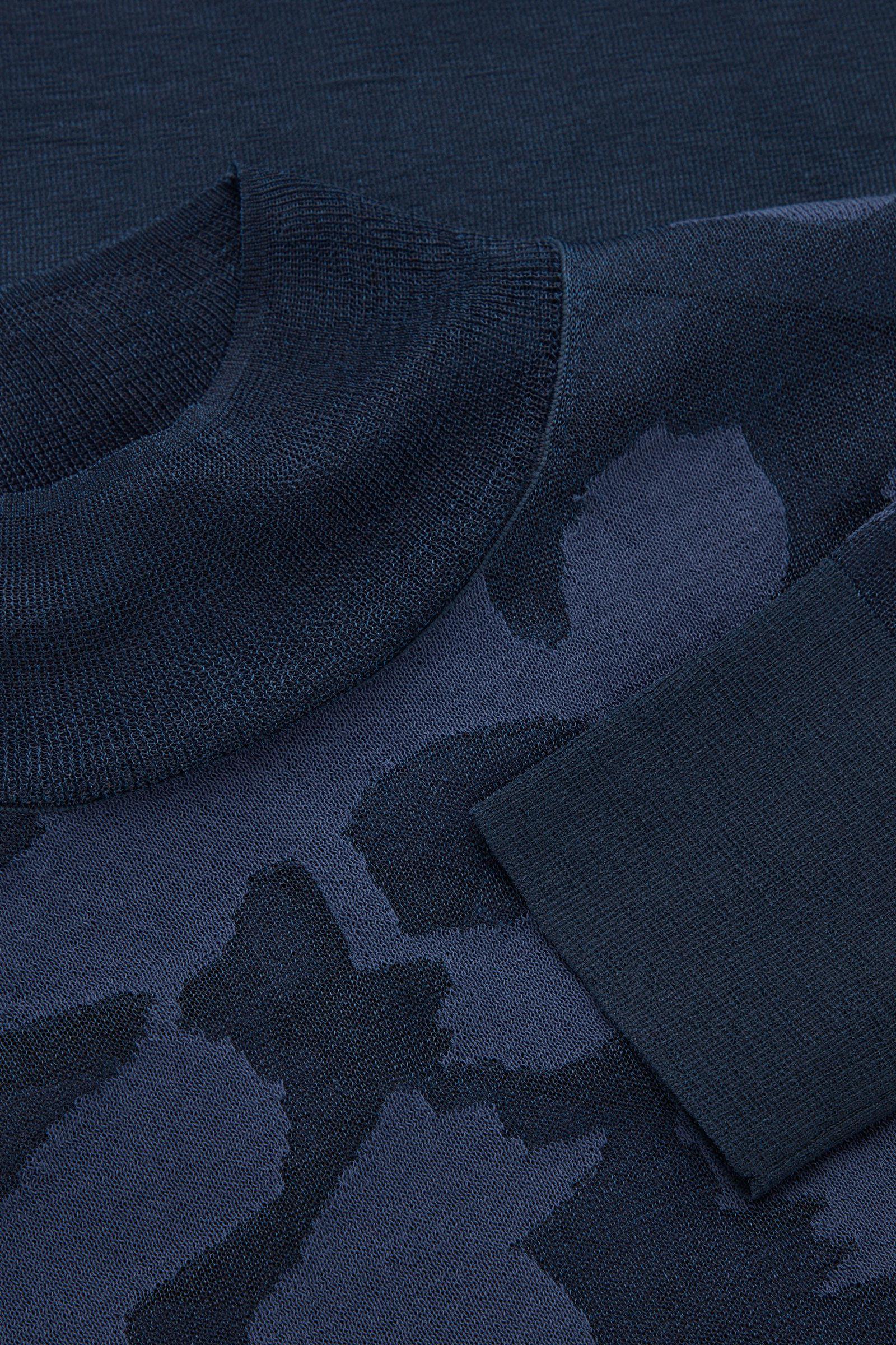 COS 앱스트랙트 아트 디테일 쉬어 롤넥 스웨터의 네이비컬러 Detail입니다.