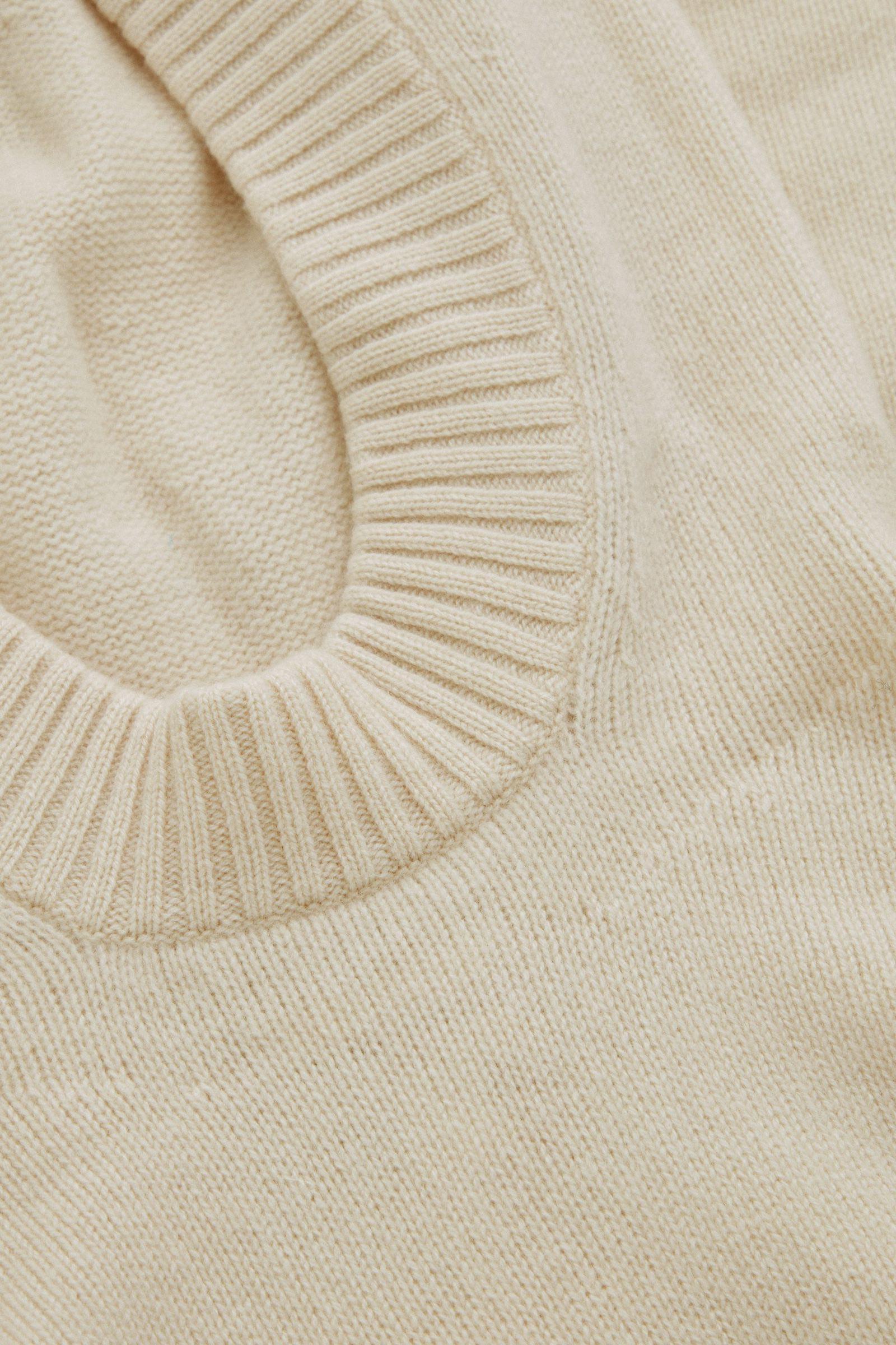 COS 니티드 캐시미어 후디의 화이트컬러 Detail입니다.