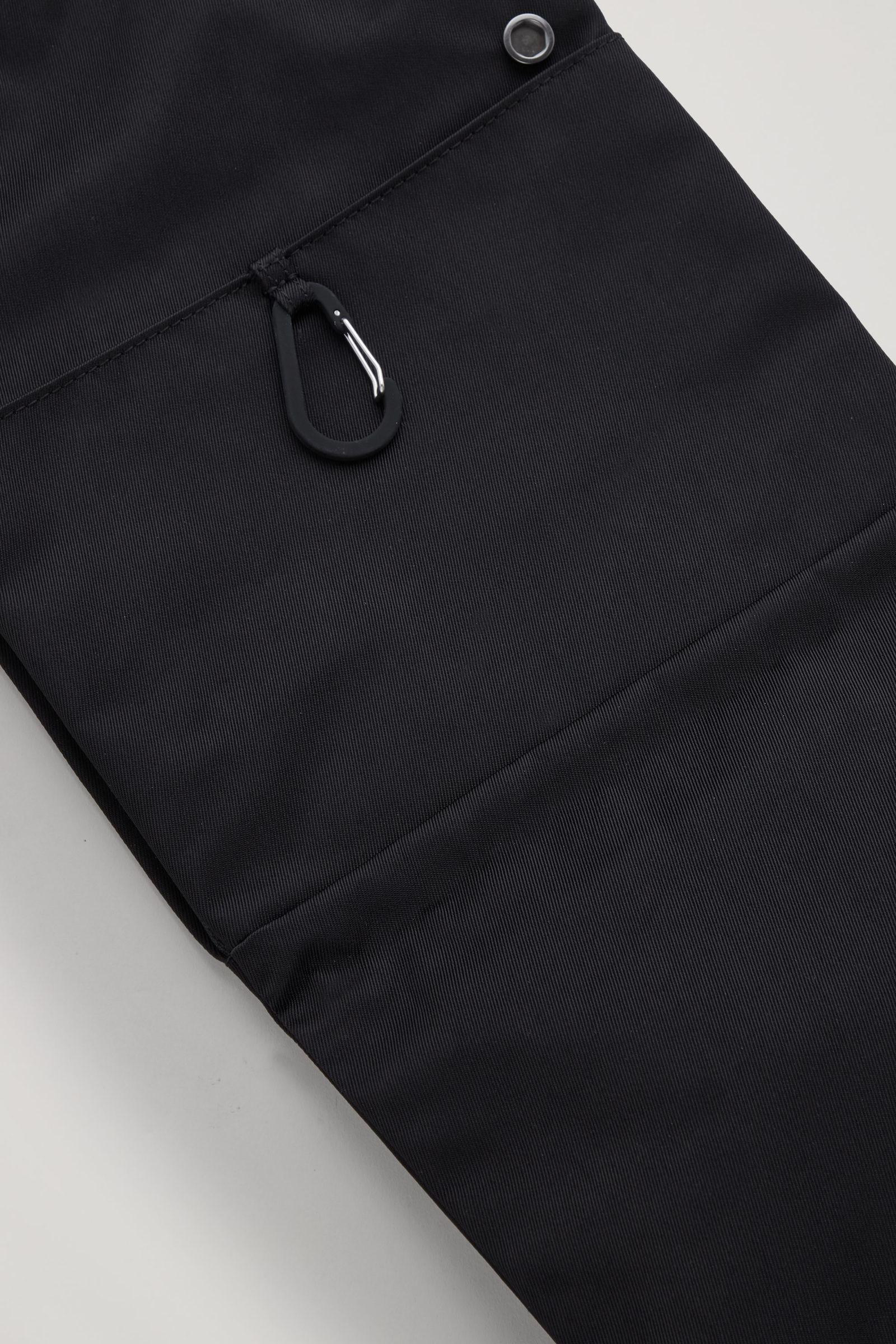 COS 커브드 크로스바디 백의 블랙컬러 Detail입니다.