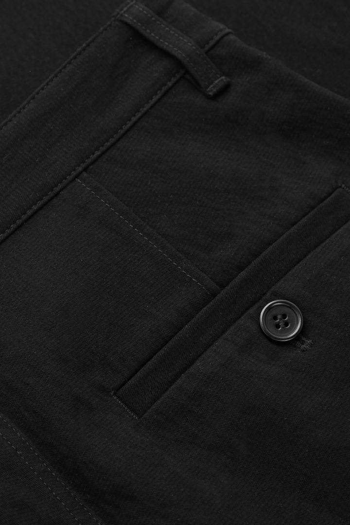 COS 스트레이트 핏 치노의 블랙컬러 Detail입니다.