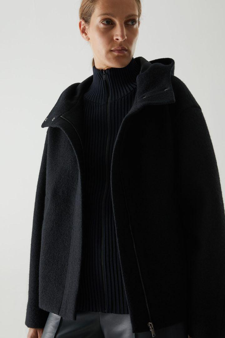 COS 스트럭처드 울 재킷의 다크 그레이컬러 ECOMLook입니다.