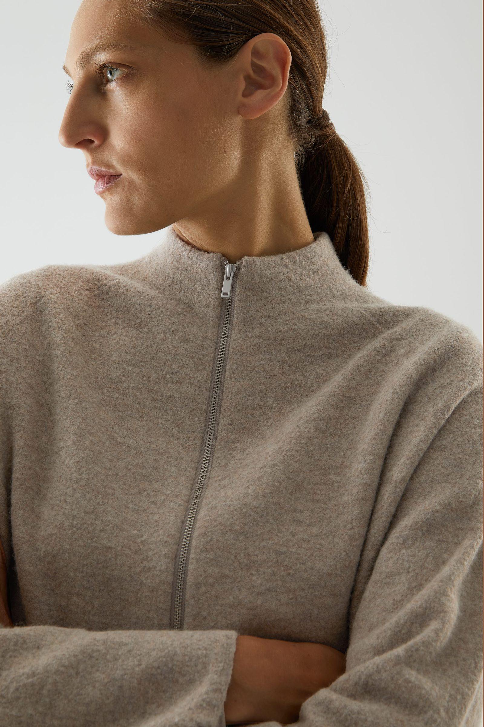 COS 메리노 울 롤넥 집업 재킷의 베이지컬러 ECOMLook입니다.