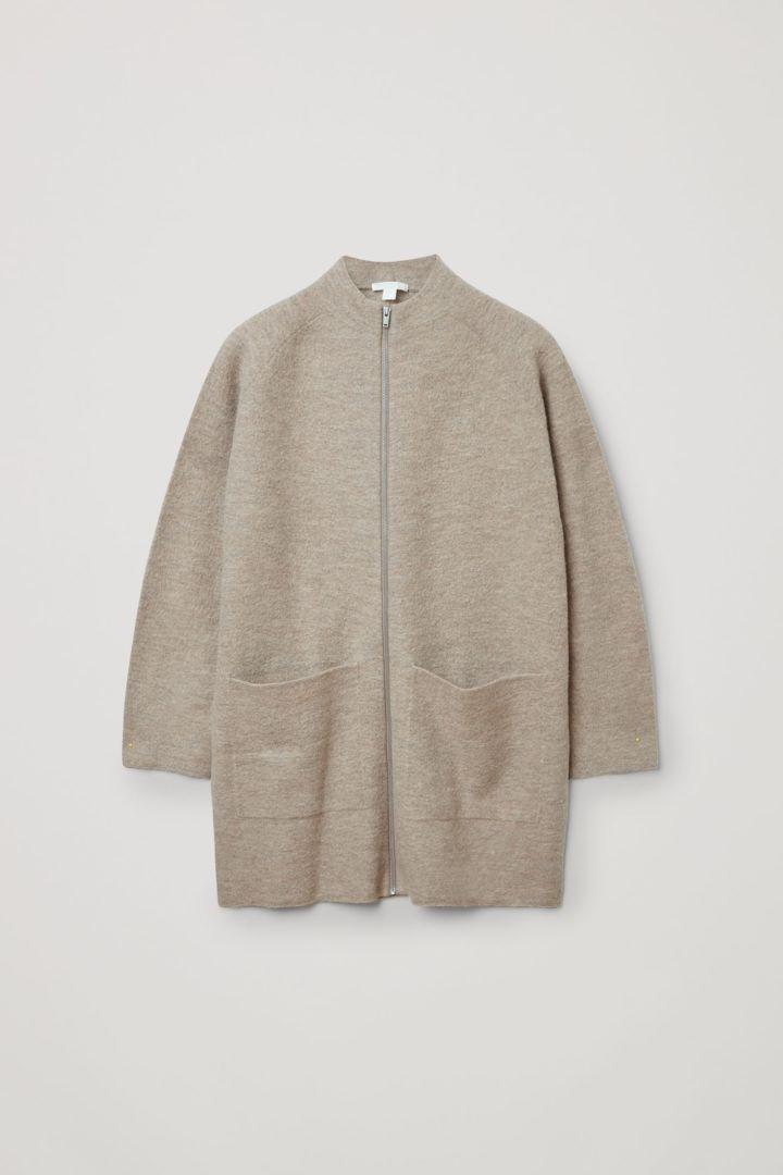 COS 메리노 울 롤넥 집업 재킷의 베이지컬러 Product입니다.