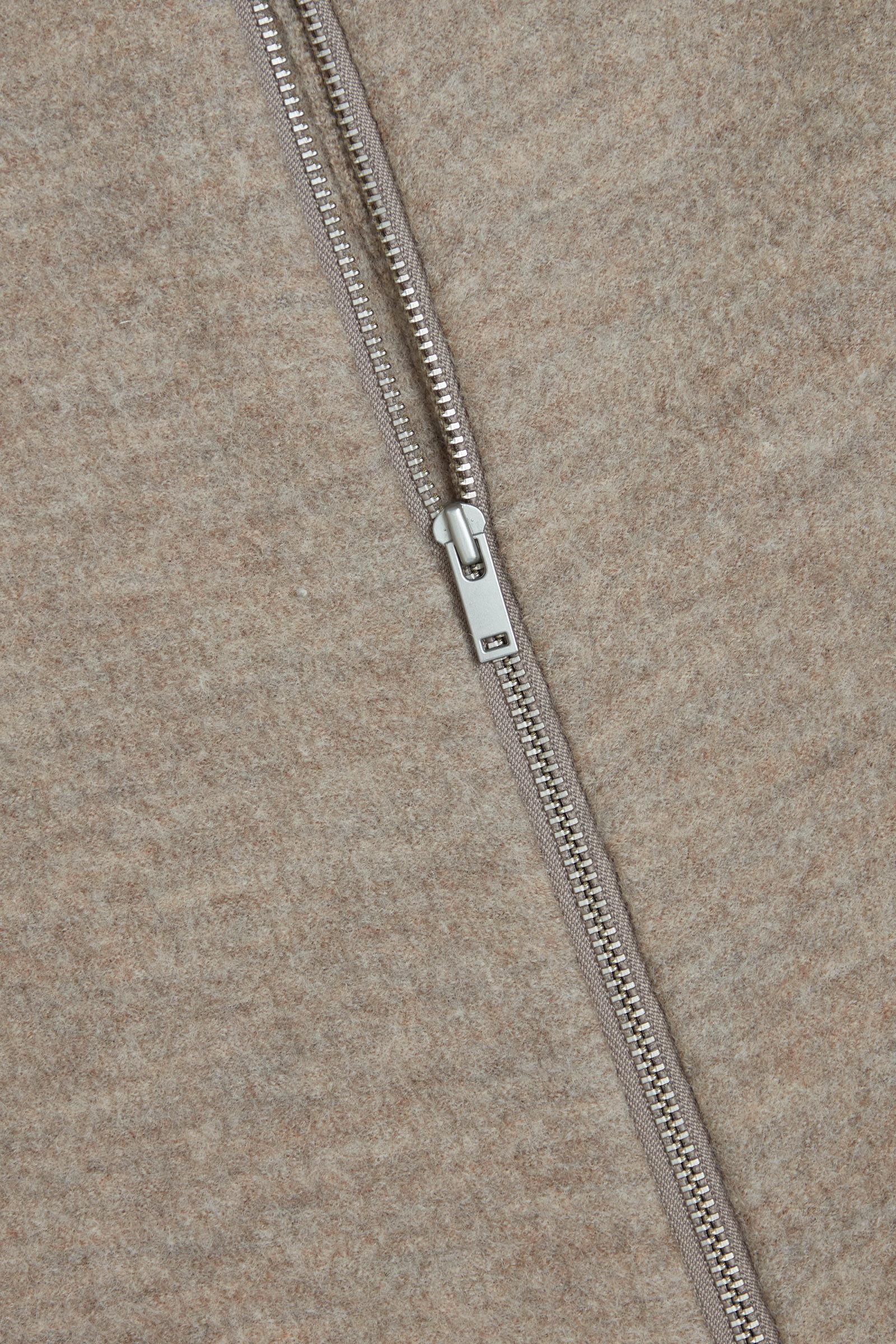 COS 메리노 울 롤넥 집업 재킷의 베이지컬러 Detail입니다.