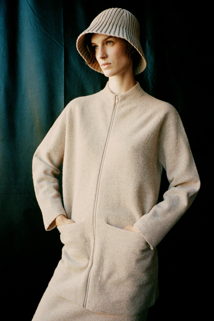 COS 메리노 울 롤넥 집업 재킷의 베이지컬러 Environmental입니다.