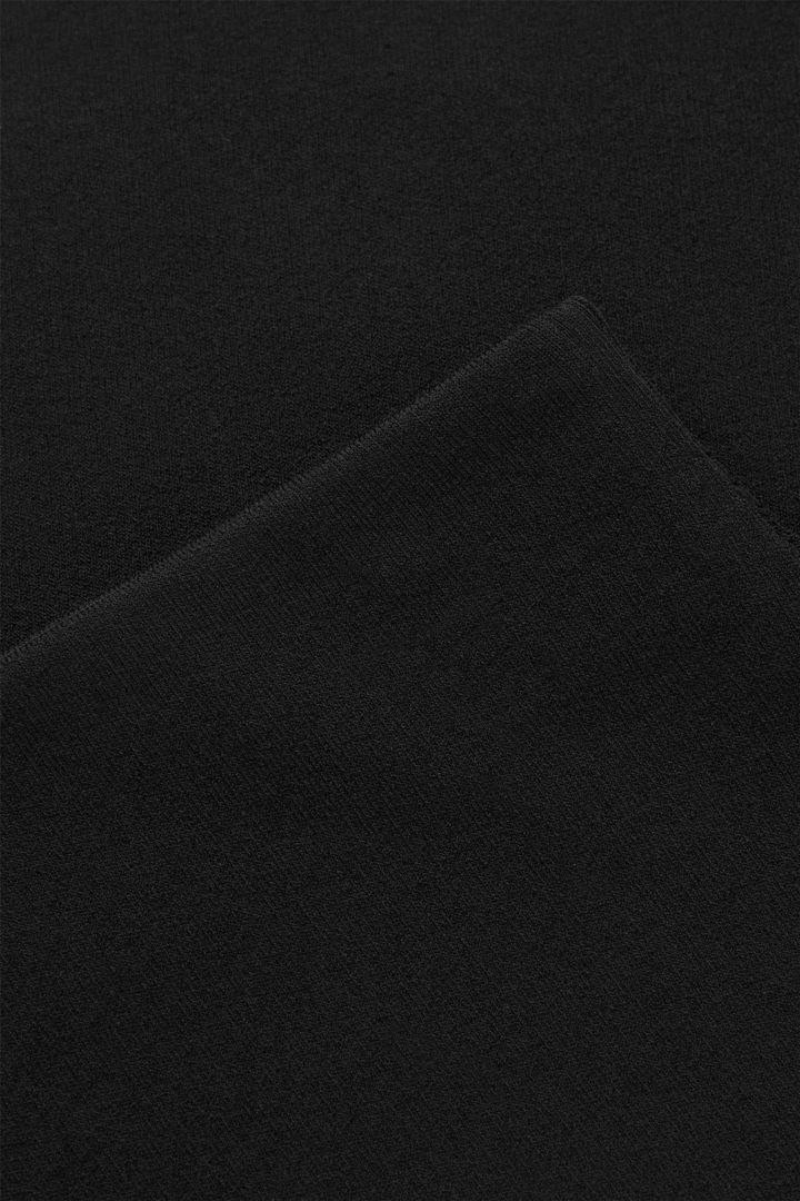 COS 니티드 미니 스커트의 블랙컬러 Detail입니다.