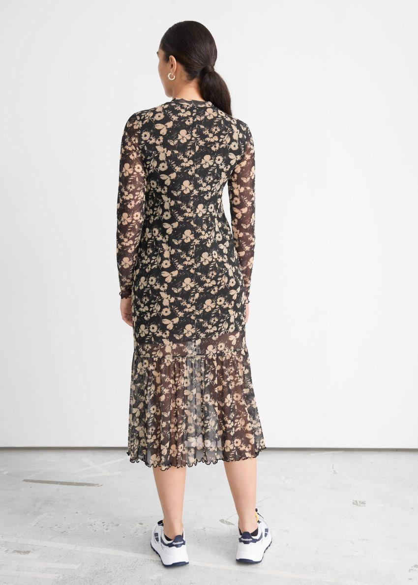 앤아더스토리즈 프린트 미디 드레스의 블랙 플로럴컬러 ECOMLook입니다.