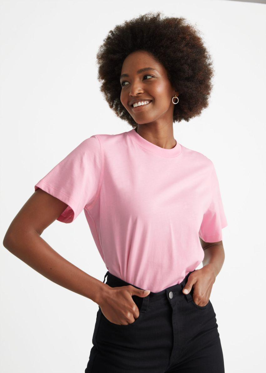 앤아더스토리즈 박시 크루넥 티셔츠의 핑크컬러 ECOMLook입니다.