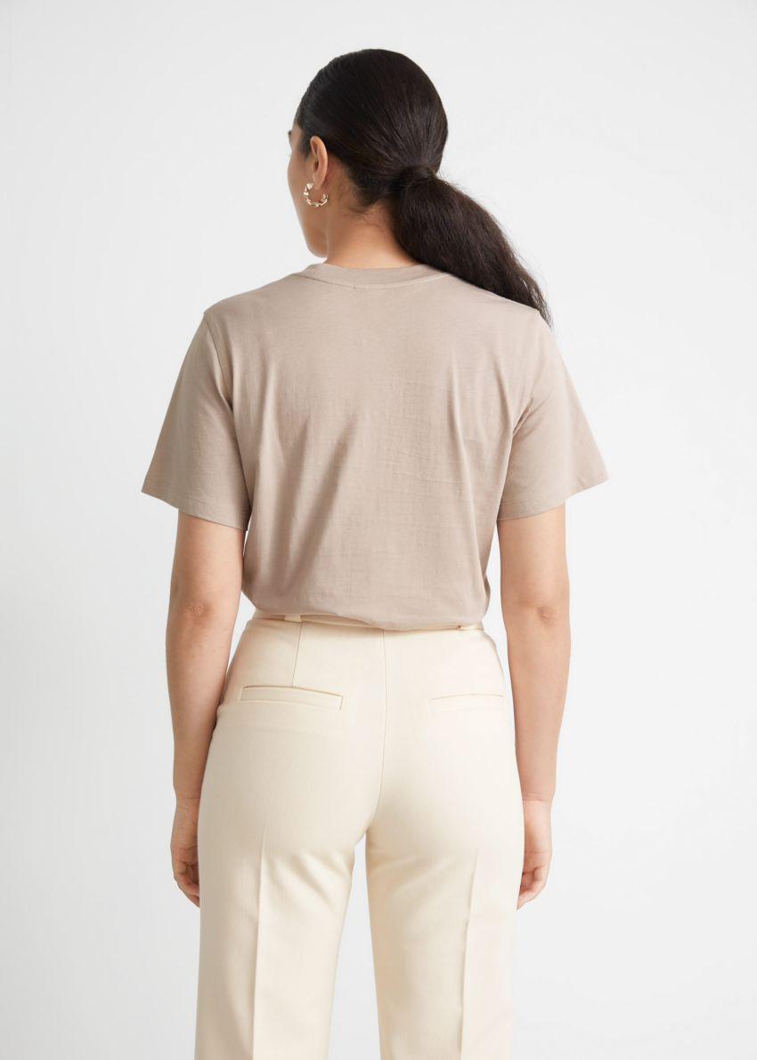 앤아더스토리즈 박시 크루넥 티셔츠의 몰컬러 ECOMLook입니다.