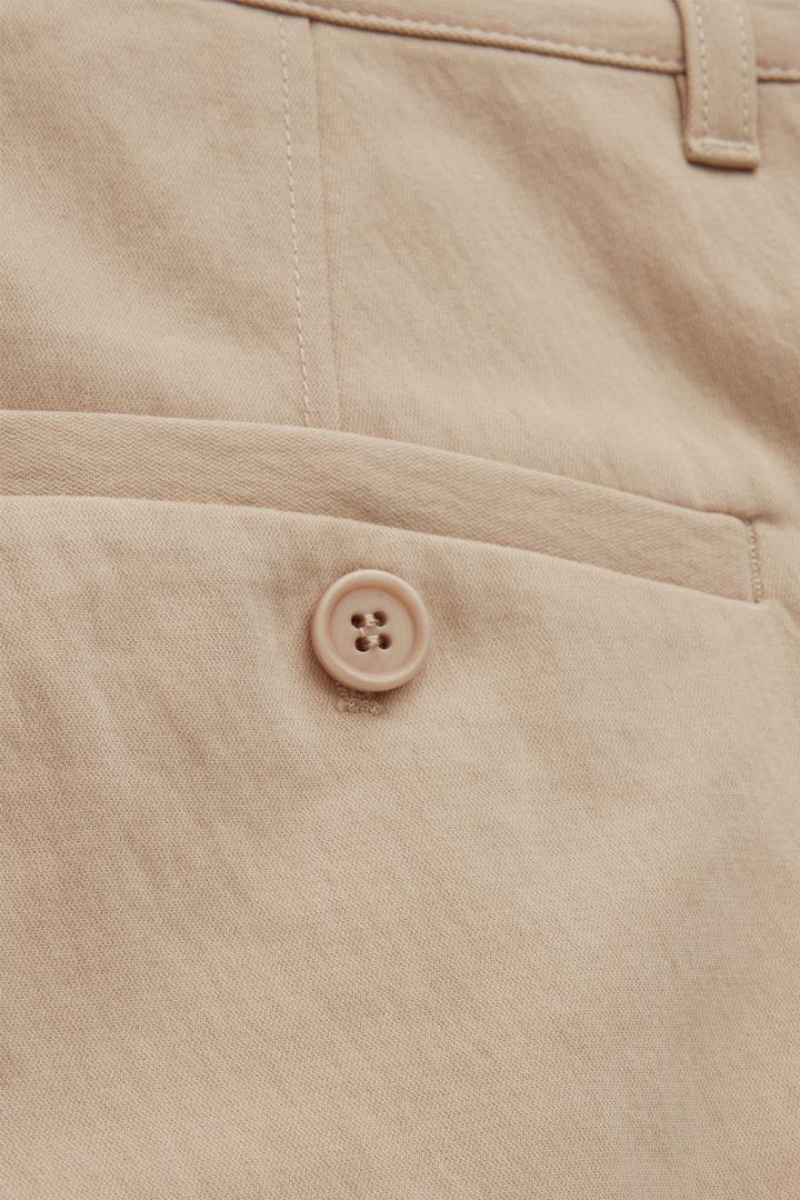 COS 스트레이트 핏 치노의 베이지컬러 Detail입니다.