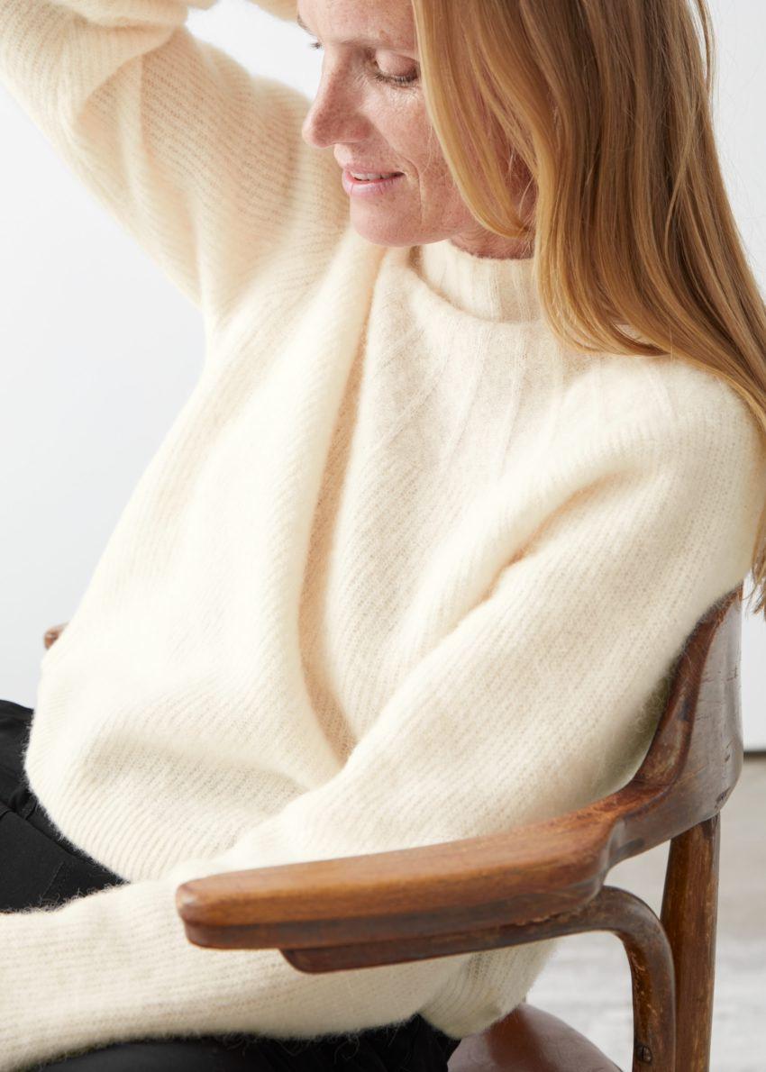 앤아더스토리즈 립 모크 넥 울 블렌드 스웨터의 화이트컬러 ECOMLook입니다.