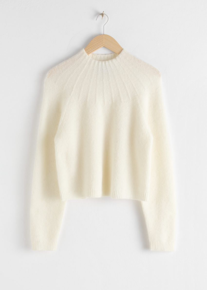 앤아더스토리즈 립 모크 넥 울 블렌드 스웨터의 화이트컬러 Product입니다.