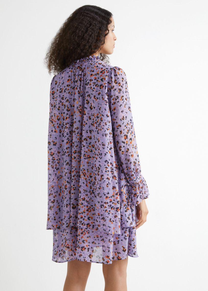 앤아더스토리즈 플라운스 티어드 A 라인 미니 드레스의 라일락 프린트컬러 ECOMLook입니다.