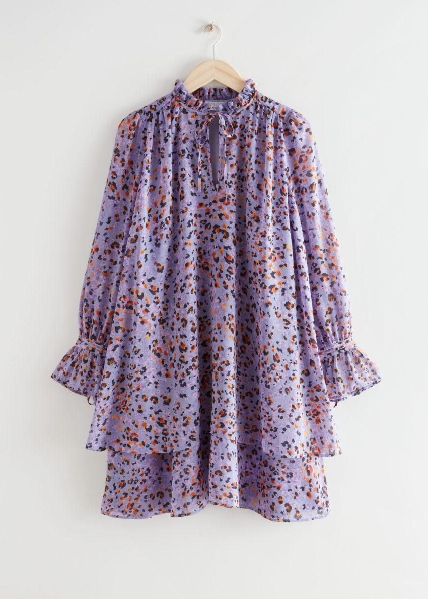 앤아더스토리즈 플라운스 티어드 A 라인 미니 드레스의 라일락 프린트컬러 Product입니다.