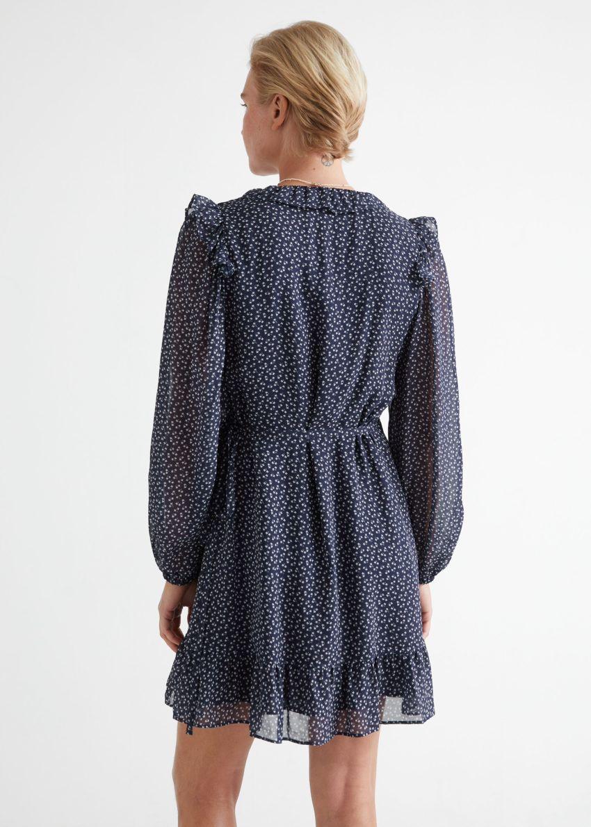 앤아더스토리즈 러플 미니 랩 드레스의 블루 프린트컬러 ECOMLook입니다.
