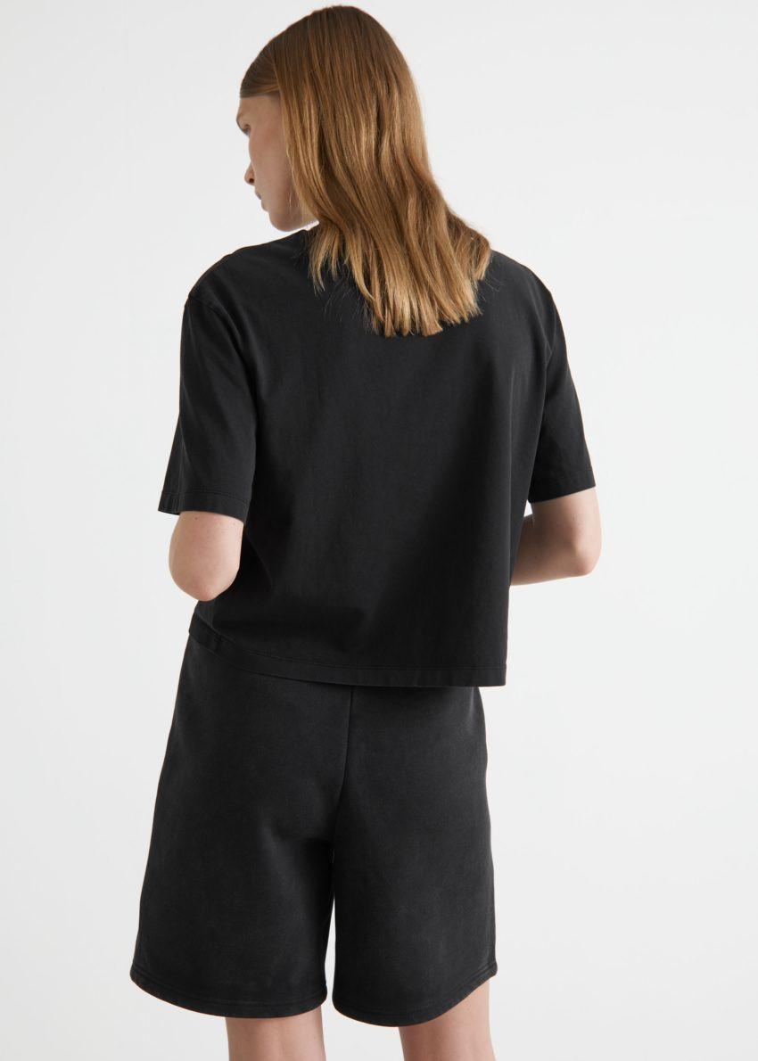 앤아더스토리즈 크롭 크루넥 티셔츠의 블랙컬러 ECOMLook입니다.
