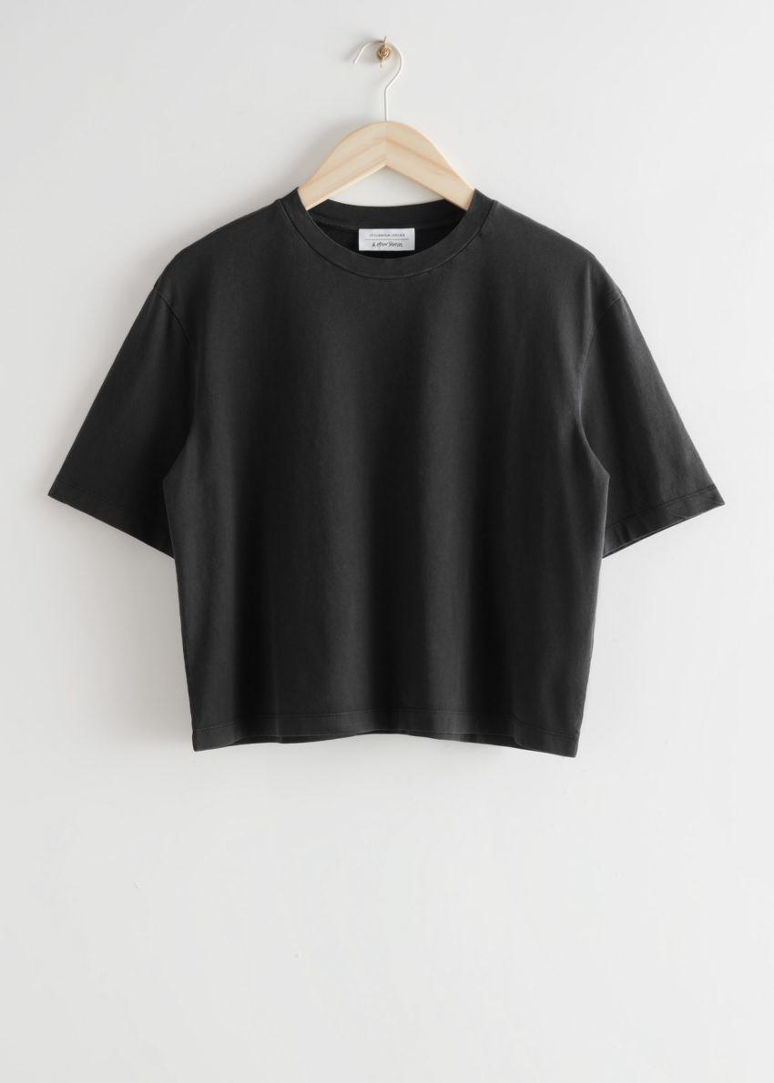 앤아더스토리즈 크롭 크루넥 티셔츠의 블랙컬러 Product입니다.