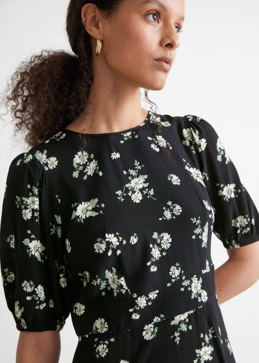 앤아더스토리즈 퍼프 슬리브 미니 드레스의 블랙컬러 ECOMLook입니다.