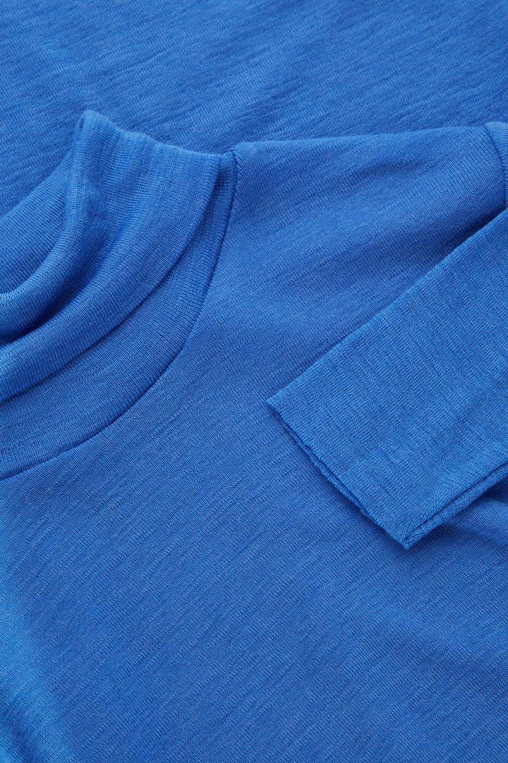 COS 파인 롤넥 울 탑의 블루컬러 Detail입니다.