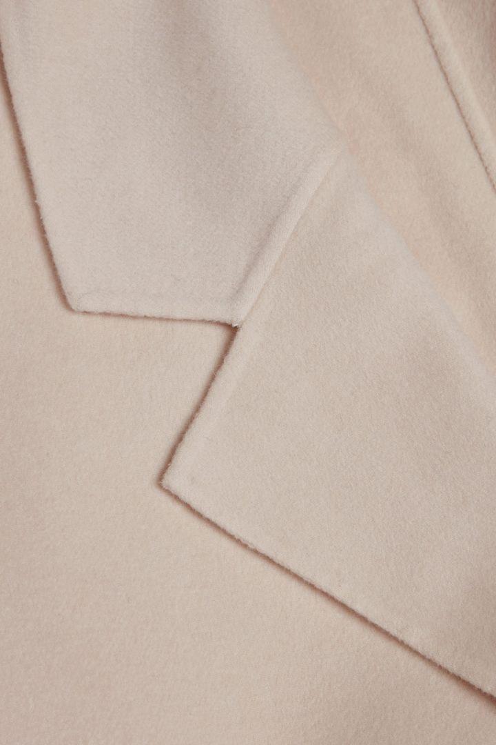 COS 울 믹스 릴렉스트 벨티드 코트의 베이지컬러 Detail입니다.