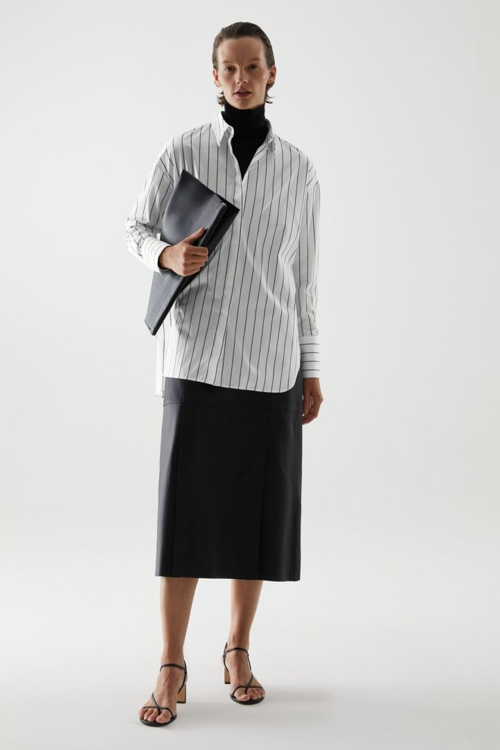 COS 오가닉 코튼 오버사이즈 스트라이프 셔츠의 화이트컬러 ECOMLook입니다.