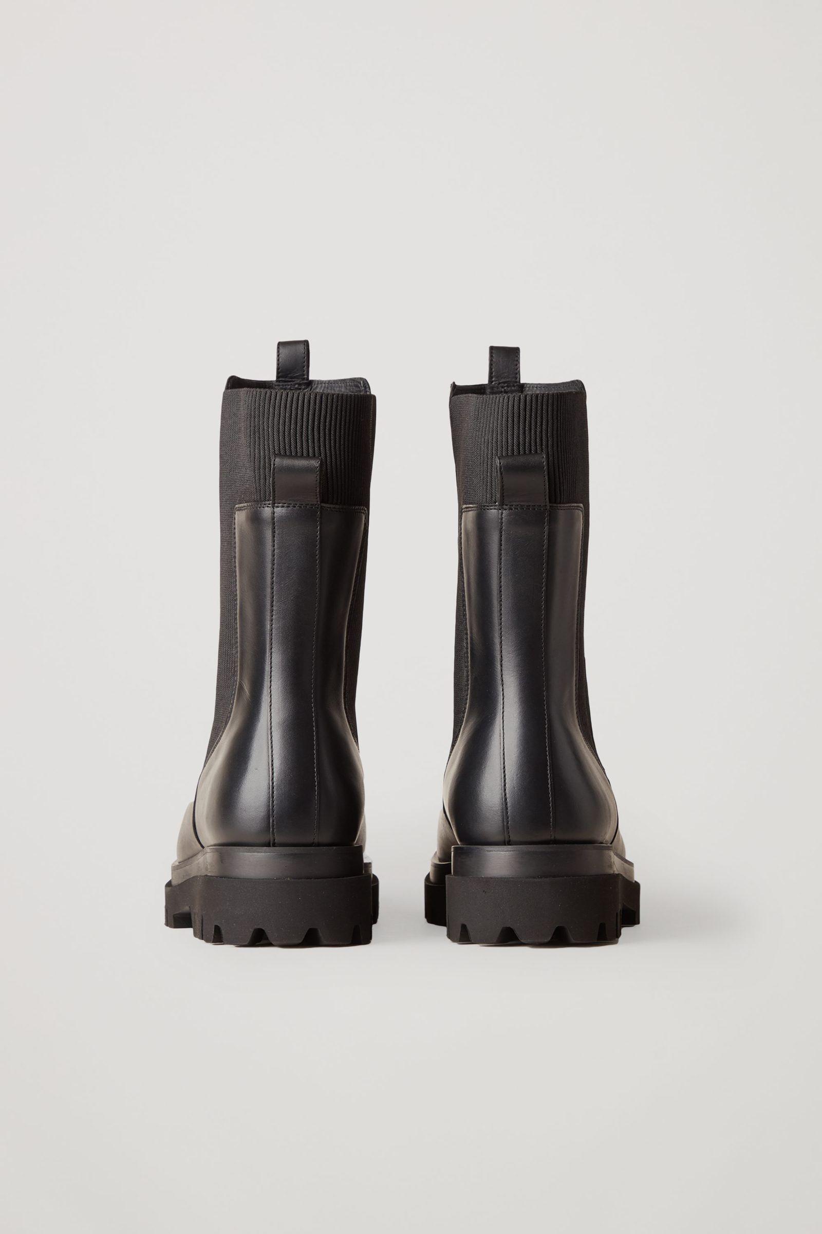 COS 청키 레더 앵클 첼시 부츠의 블랙컬러 Product입니다.