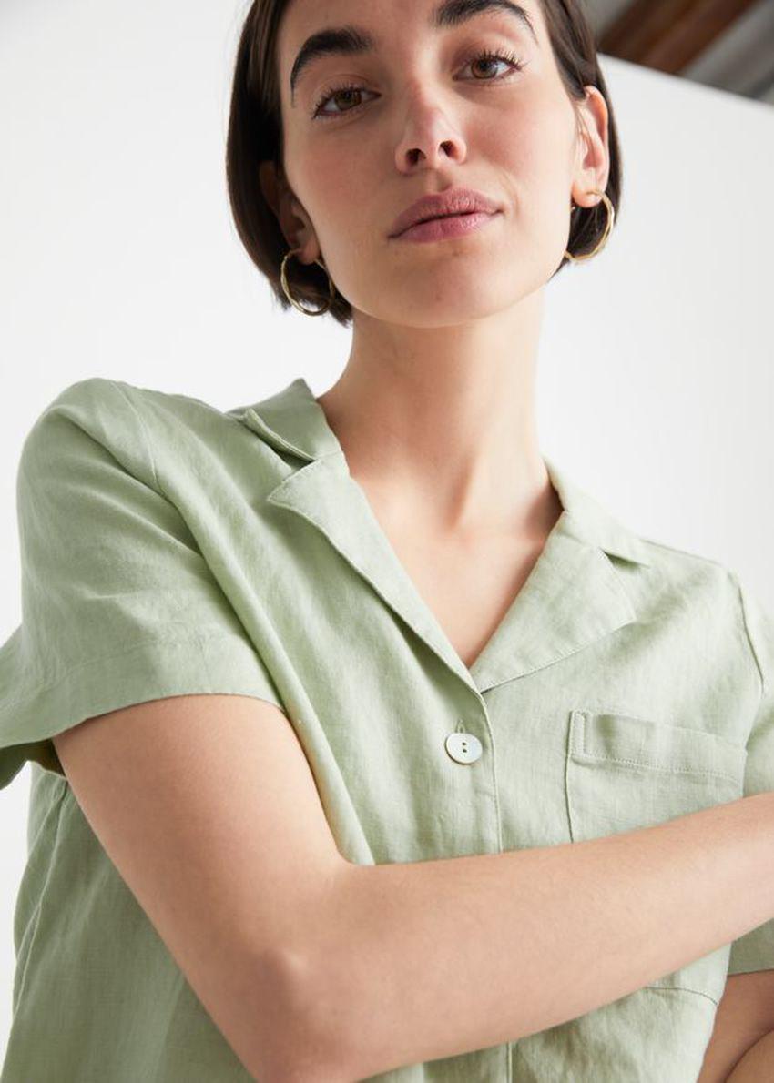 앤아더스토리즈 체스트 포켓 쇼트 슬리브 셔츠의 라이트 그린컬러 ECOMLook입니다.