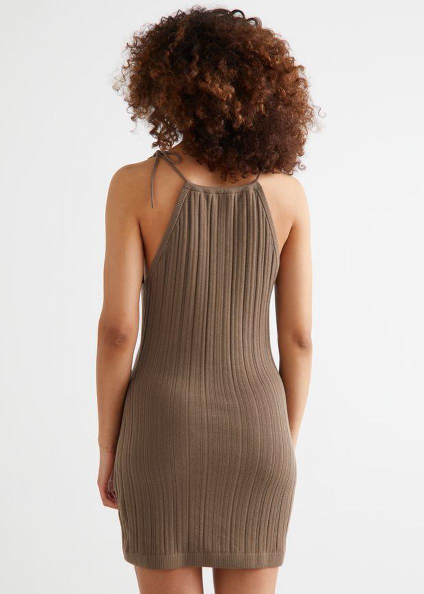 앤아더스토리즈 텍스처 홀터 미니 드레스의 몰컬러 ECOMLook입니다.
