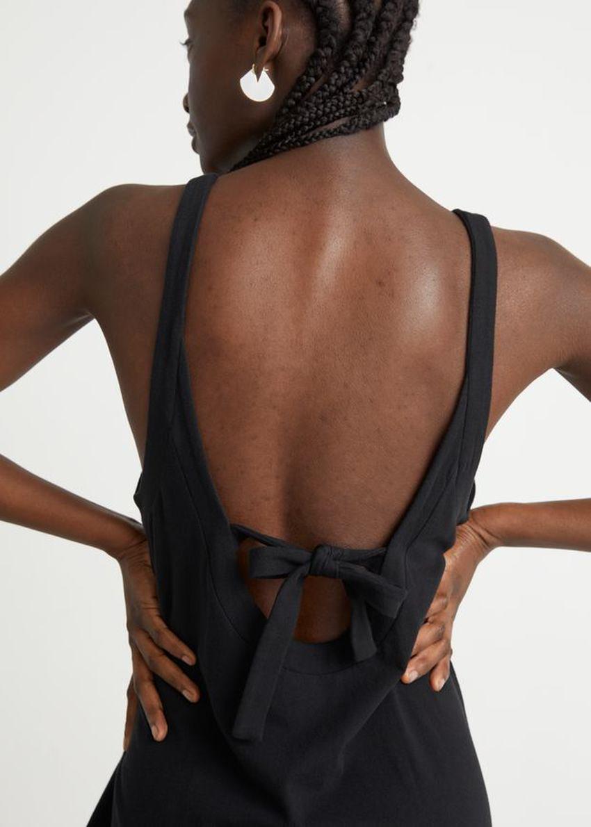 앤아더스토리즈 슬리브리스 코튼 미니 드레스의 블랙컬러 ECOMLook입니다.