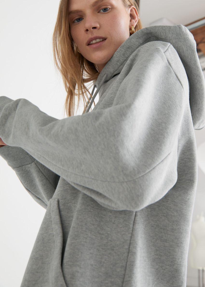 앤아더스토리즈 릴렉스드 드로스트링 후디 미니 드레스의 그레이 멜란지컬러 ECOMLook입니다.