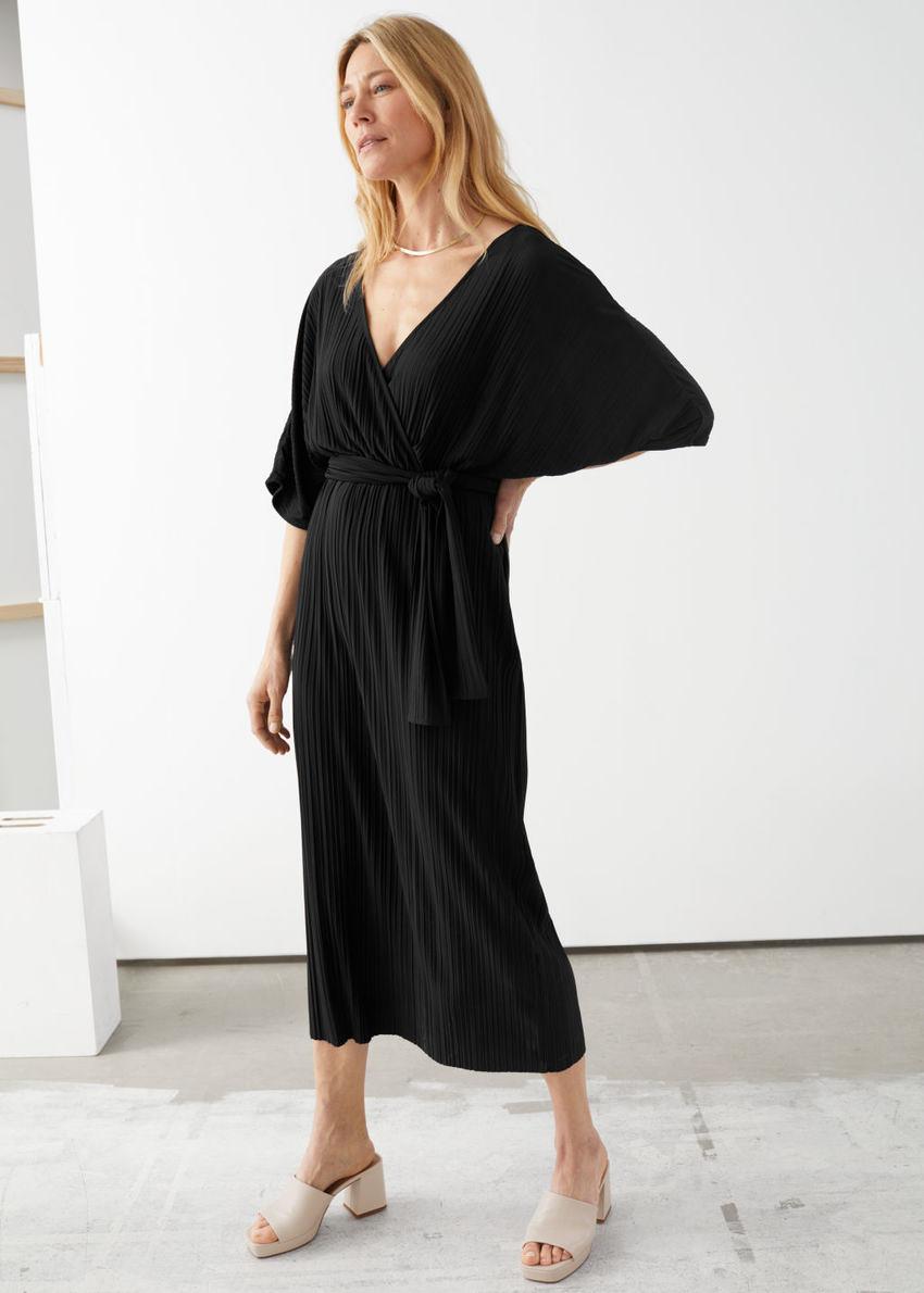 앤아더스토리즈 벨티드 백 슬릿 맥시 드레스의 블랙컬러 ECOMLook입니다.