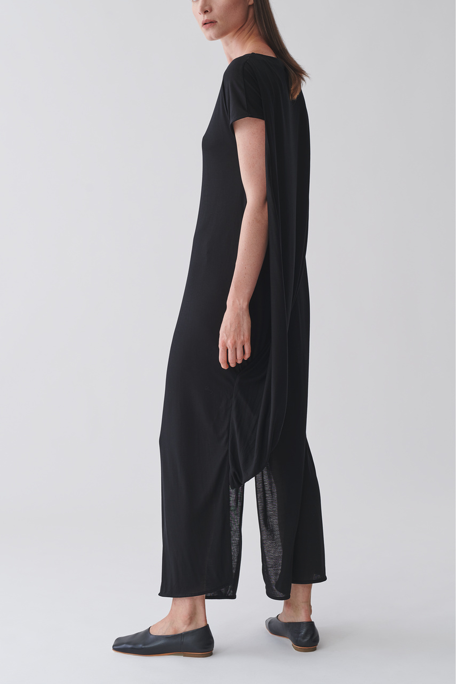 COS 롱 드레이프드 드레스의 블랙컬러 ECOMLook입니다.