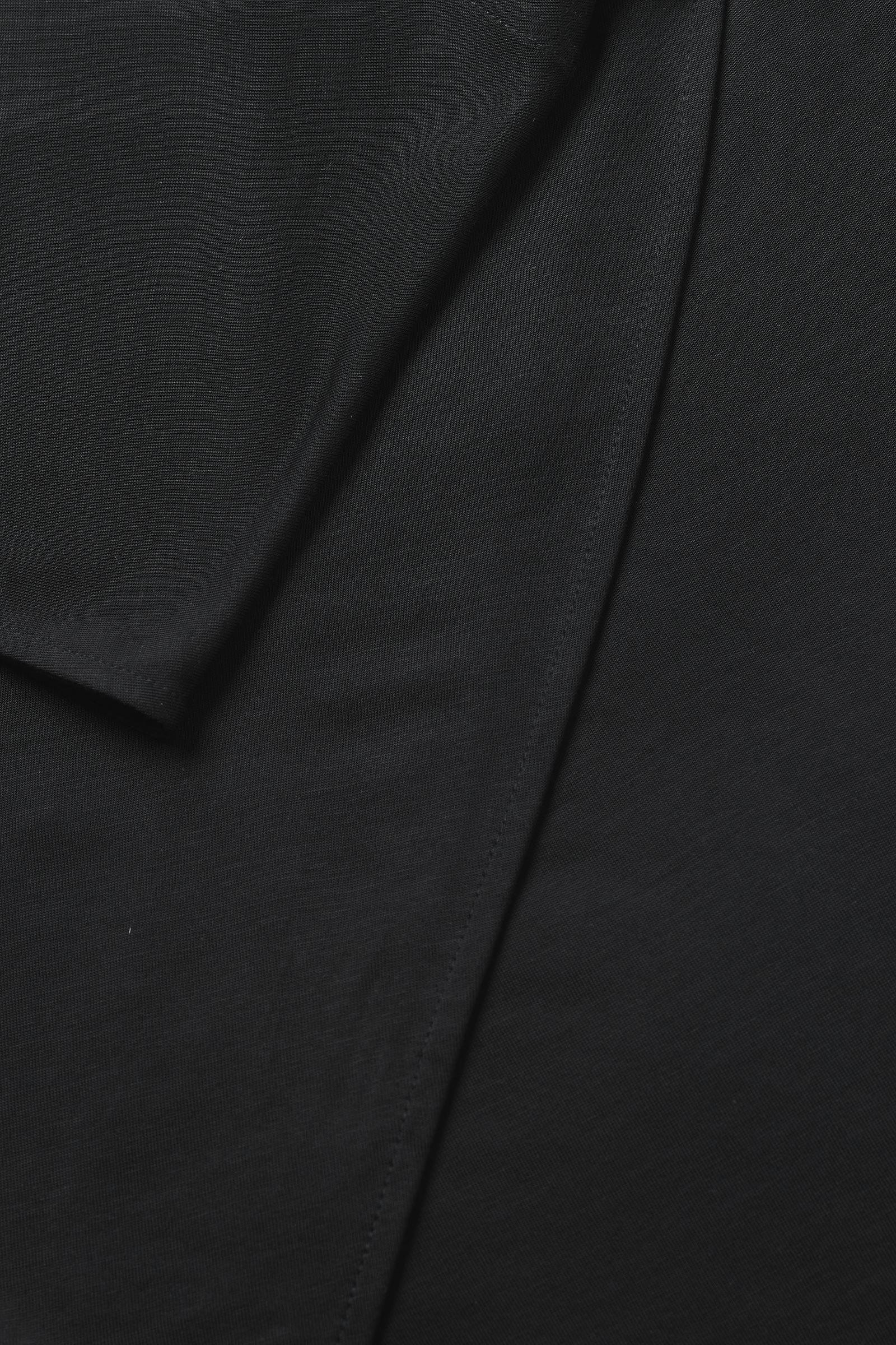 COS 롱 드레이프드 드레스의 블랙컬러 Detail입니다.