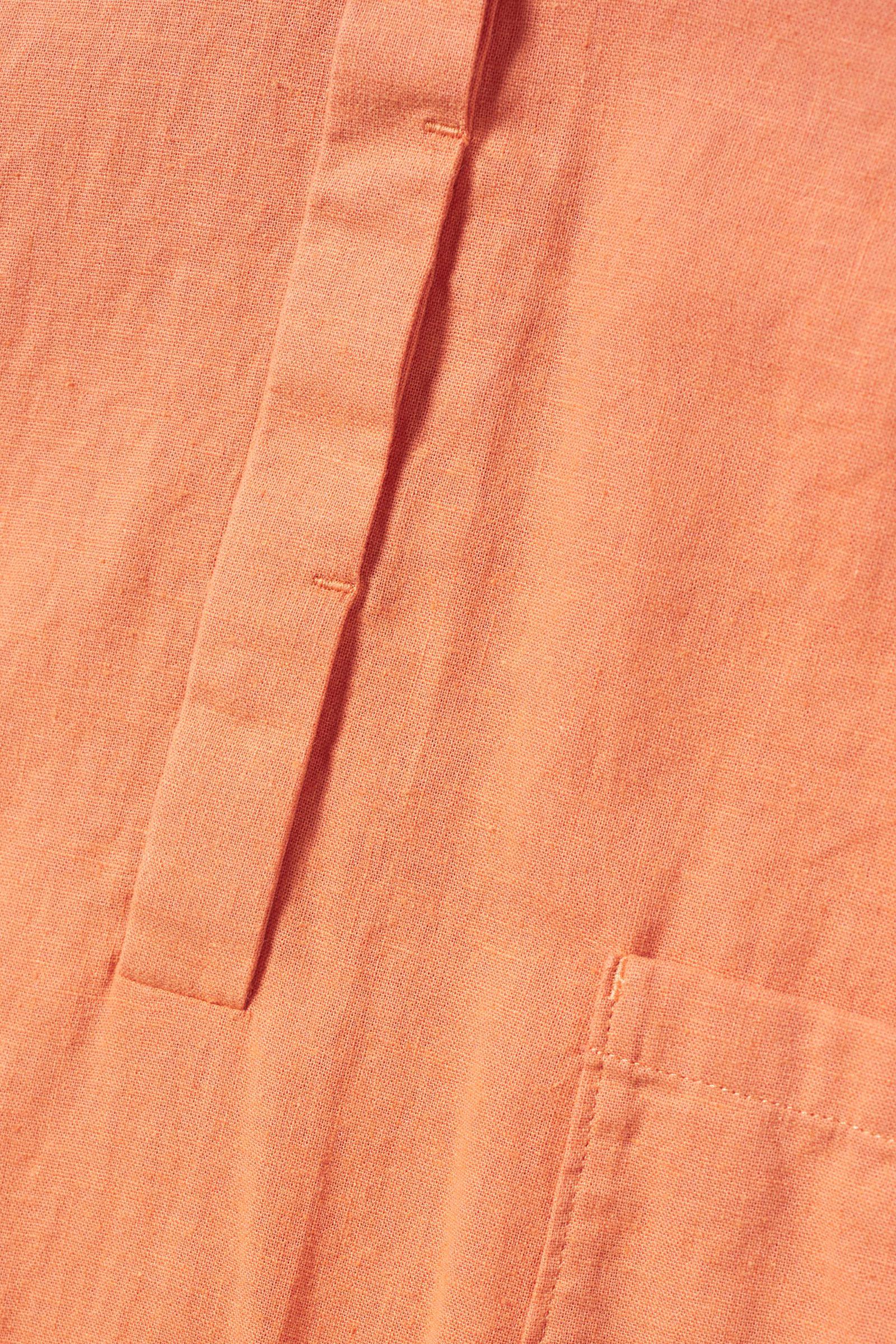 COS 코튼 리넨 포켓 롬퍼의 오렌지컬러 Detail입니다.