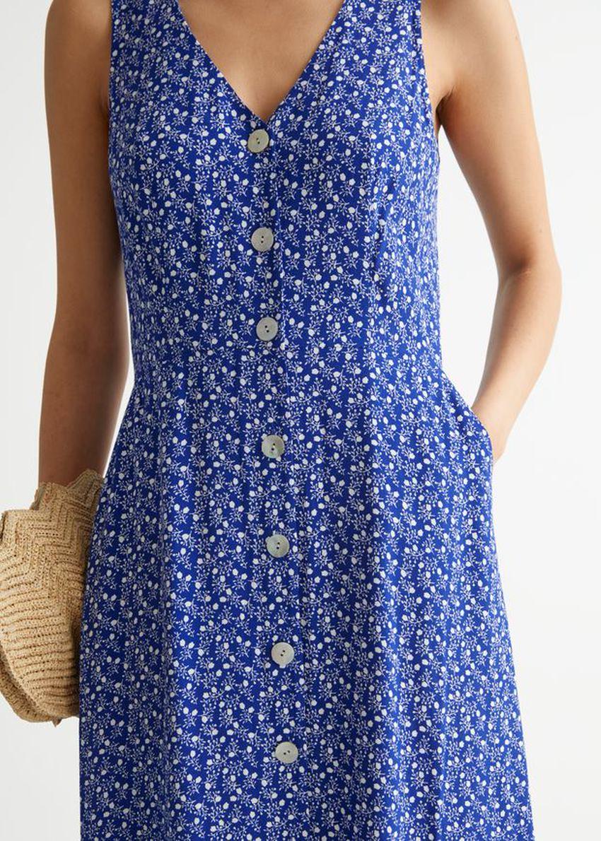 앤아더스토리즈 슬리브리스 버튼 업 미디 드레스의 블루 프린트컬러 ECOMLook입니다.