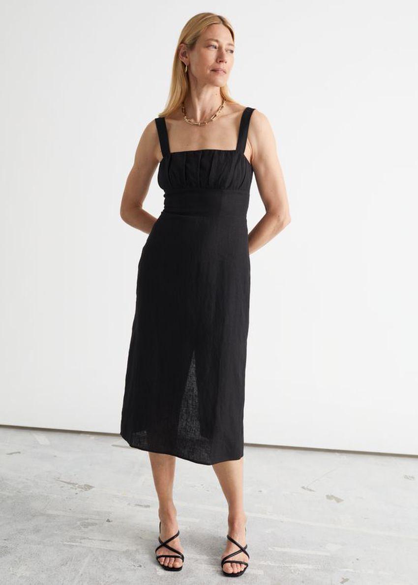 앤아더스토리즈 스트래피 리넨 미디 드레스의 블랙컬러 ECOMLook입니다.