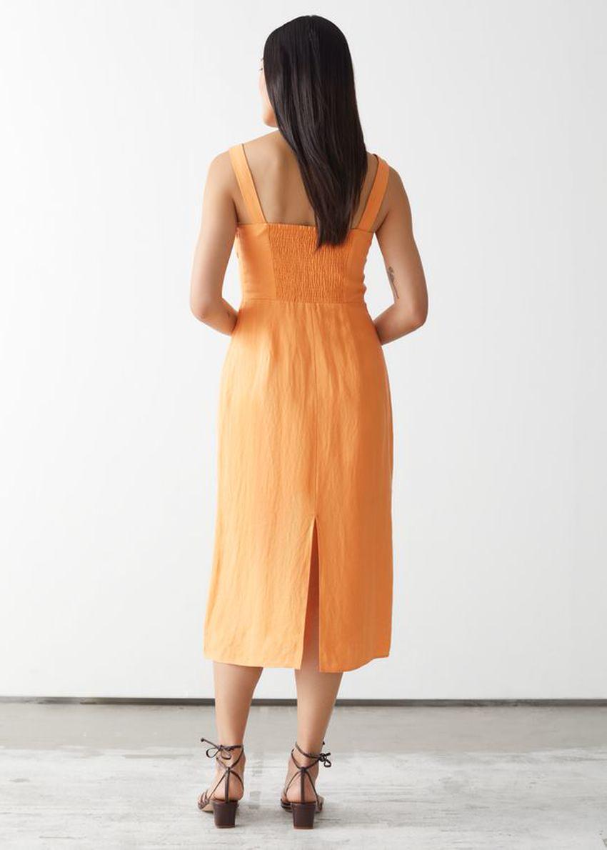 앤아더스토리즈 스트래피 리넨 미디 드레스의 옐로우컬러 ECOMLook입니다.