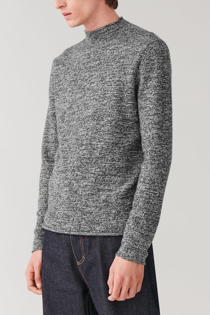 COS 롤 엣지 캐시미어 스웨터의 블랙 / 그레이컬러 ECOMLook입니다.