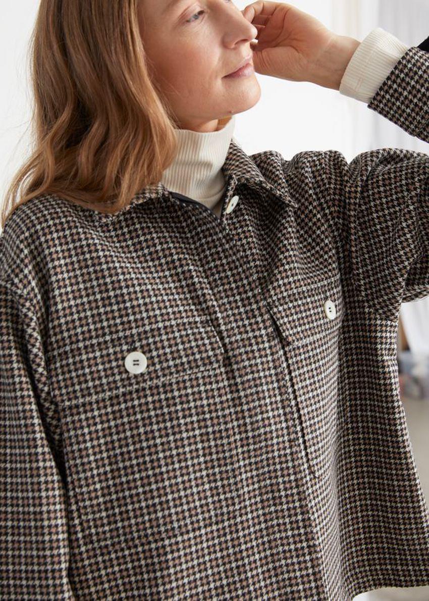 앤아더스토리즈 오버사이즈 울 블렌드 워크웨어 셔츠의 블랙 체크컬러 ECOMLook입니다.