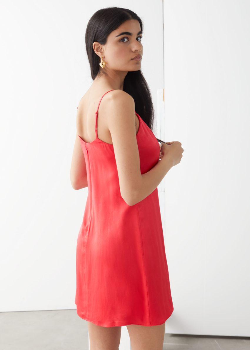 앤아더스토리즈 스파게티 스트랩 미니 드레스의 레드컬러 ECOMLook입니다.
