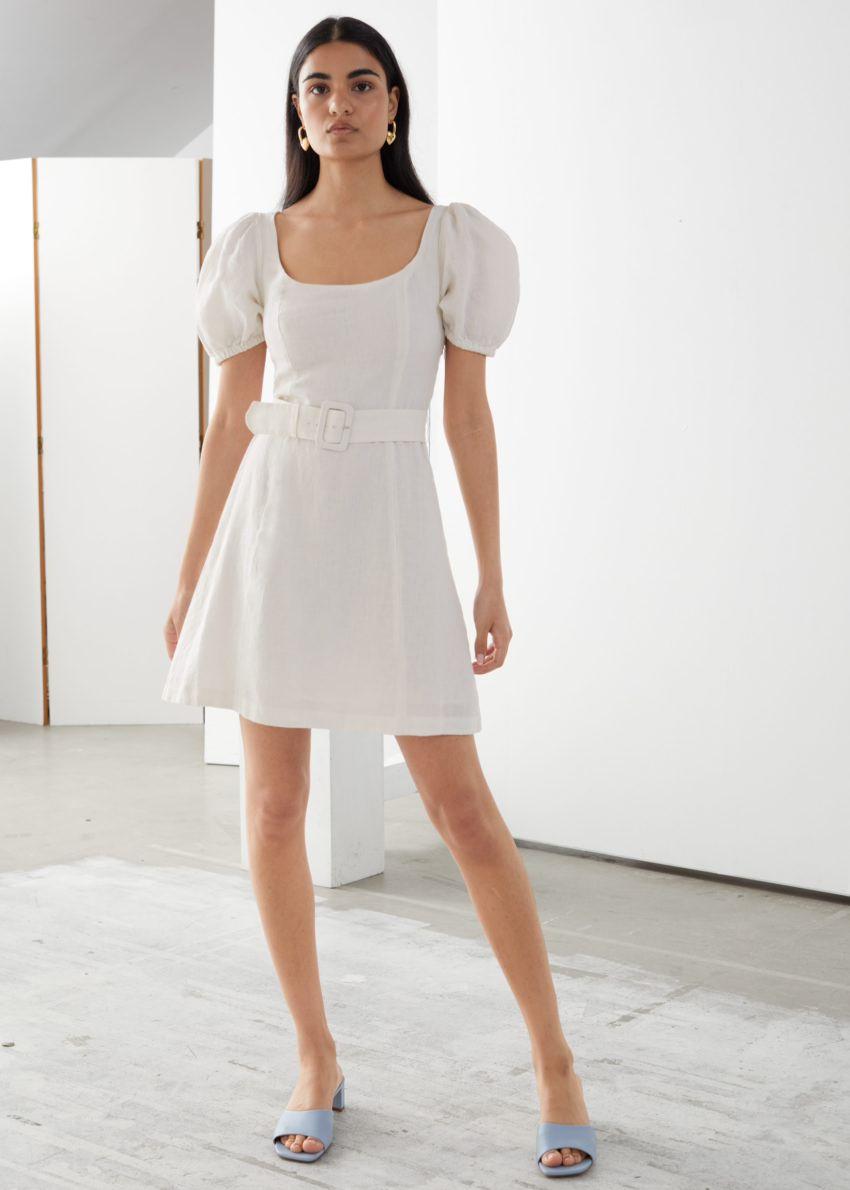 앤아더스토리즈 리넨 퍼프 슬리브 미니 드레스의 화이트컬러 ECOMLook입니다.