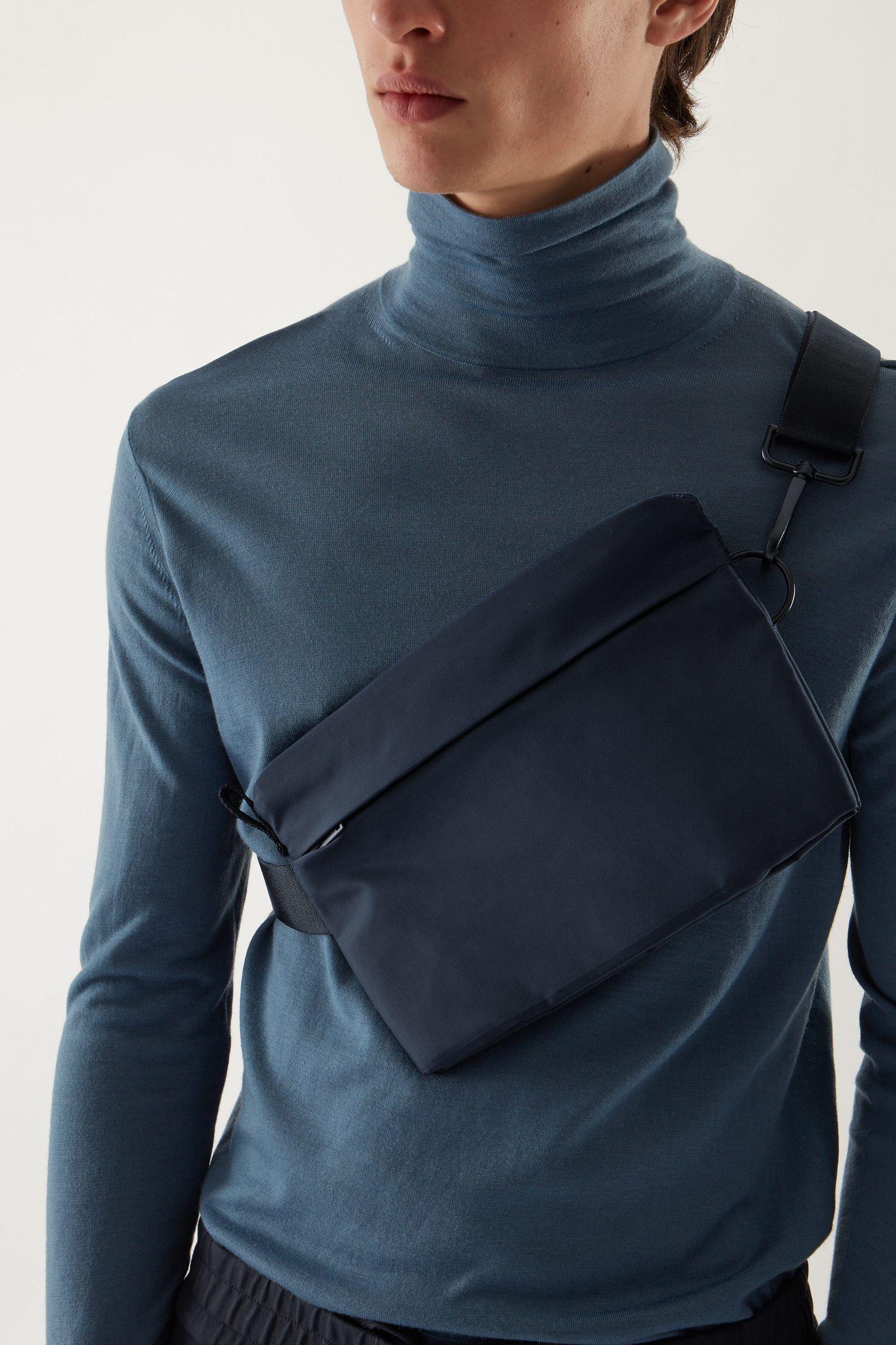 COS 테크니컬 바디 백의 블루컬러 ECOMLook입니다.