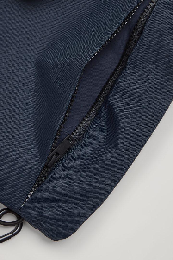 COS 테크니컬 바디 백의 블루컬러 Detail입니다.