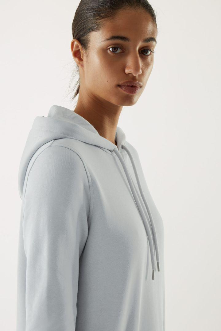 COS 오가닉 코튼 스플릿 심 후디드 스웻셔츠 드레스의 터쿼이즈컬러 ECOMLook입니다.